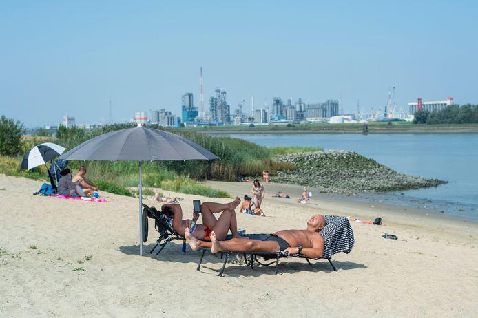 Beeld van afgelopen zomer. Antwerpenaren zoeken verkoeling op Sint Anna-strand tijdens de hittegolf toen.