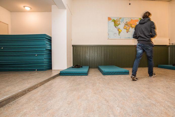 Bij het Stoelenproject in Arnhem leg je een matje op de grond om de nacht op door te brengen.