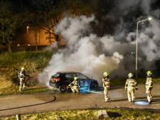 Brandende Mercedes op Apeldoornseweg in Arnhem: politie vermoedt brandstichting