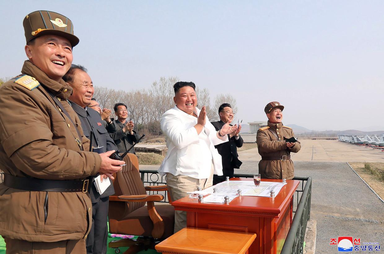 De Noord-Koreaanse leider Kim Jong-un inspecteerde op 12 april jongstleden een eenheid van de luchtmacht.  Beeld AP