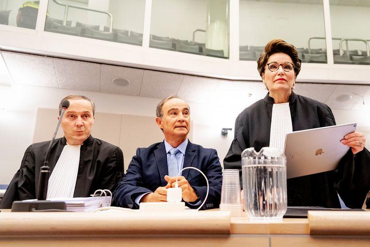 Oud-piloot Julio Poch (m) en advocaat Geert-Jan Knoops (l) in de rechtszaal voorafgaand aan het verzoekschrift om zeven getuigen onder ede te horen.  Beeld Hollandse Hoogte /  ANP