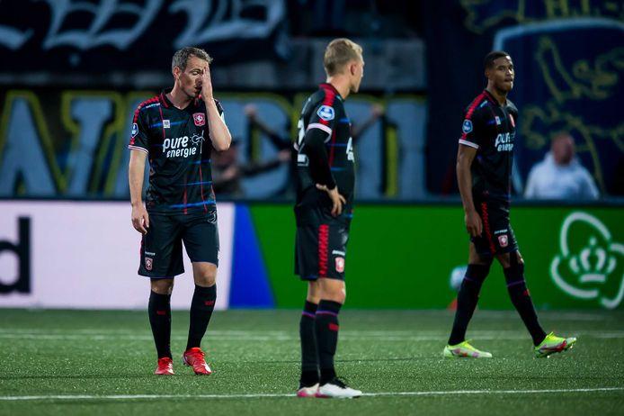 Zo ziet teleurstelling eruit bij FC Twente: Wout Brama, Jesse Bosch en Jayden Oosterwolde.