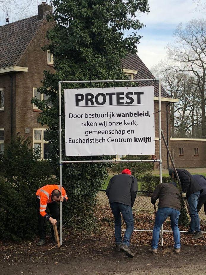 Parochianen plaatsten eind januari dit jaar een spandoek voor de Heilige Nicolaaskerk in Schalkhaar als protest tegen de voorgenomen sluiting van de kerk.