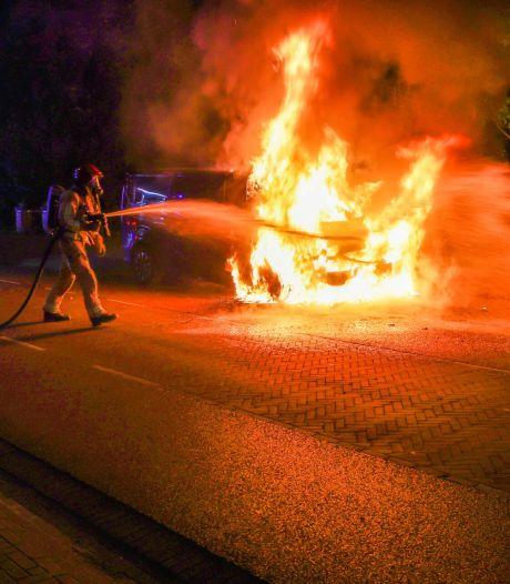 Ravage in Helmond na brand: auto, woning en boom beschadigd