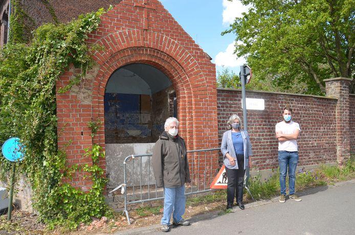 Paul Van Gyseghem, Rita Scheerlinck en Sam De Duffeleer, de helft van de stuurgroep van de Erfgoedraad Ninove bij de kapel in Nederhasselt.