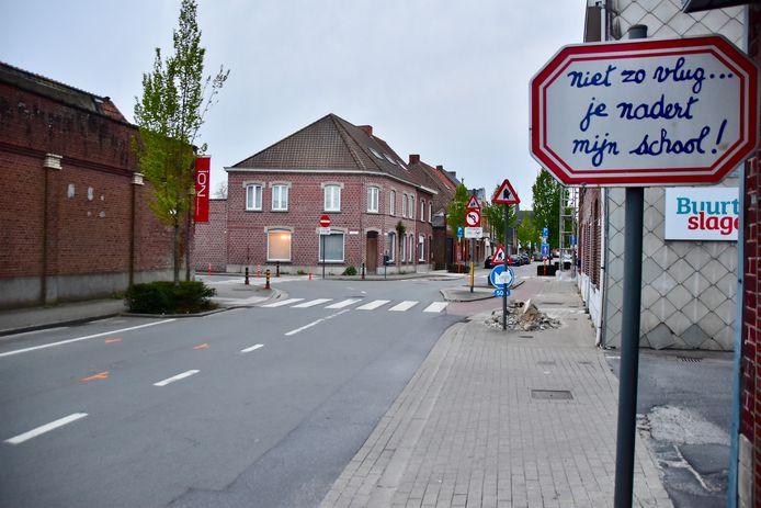 Op de hoek van de Hoogstraat en de Sint-Rochusstraat botste de bestelwagen tegen een Audi die nietsvermoedend de Waregemstraat indraaide.