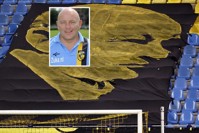 Theo Bos op archiefbeeld (inzet) voor een spandoek met zijn beeltenis in stadion GelreDome in Arnhem.
