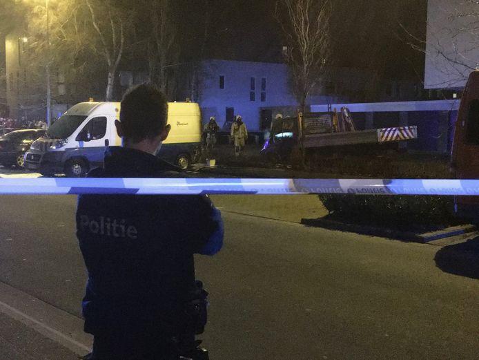 De brandweer kreeg het vuur snel onder controle. De bestelwagen brandde echter volledig uit. De politie stelde een perimeter in. Er is een onderzoek opgestart naar brandstichting.