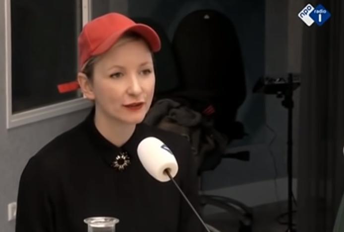 Elfie Tromp tijdens het uitspreken van haar column op Radio 1.
