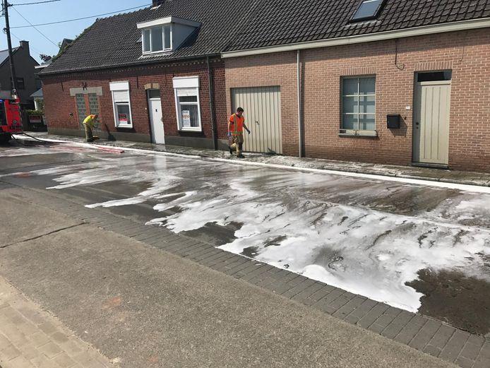 De brandweer had uren werk en duizenden liters water nodig om de mest te verwijderen.
