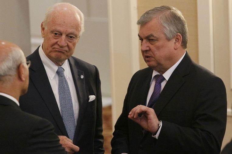 VN-gezant voor Syrië Staffan de Mistura (links) en Russisch onderhandelaar Alexander Lavrentiev tijdens de vierde ronde van de vredesgesprekken over Syrië in Astana.
