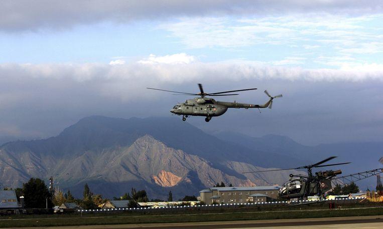 Een helikopter van het Indiase leger verdeelt hulpgoederen. Beeld REUTERS