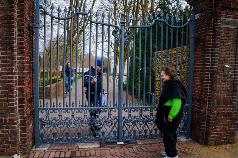 Demissionair staatssecretaris Alexandra van Huffelen en demissionair minister-president Mark Rutte komen aan bij het Catshuis voor een gesprek met gedupeerde ouders van de toeslagenaffaire.  Beeld ANP