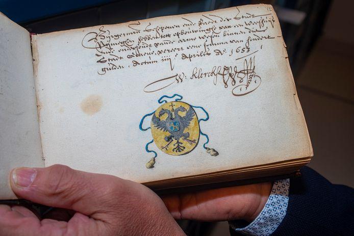Een weldoenersboekje uit 1653 in het gerestaureerde archief van het Sint Catharinagasthuis in Grave. Op deze pagina belooft de stad Nijmegen het weeshuis financieel te ondersteunen.