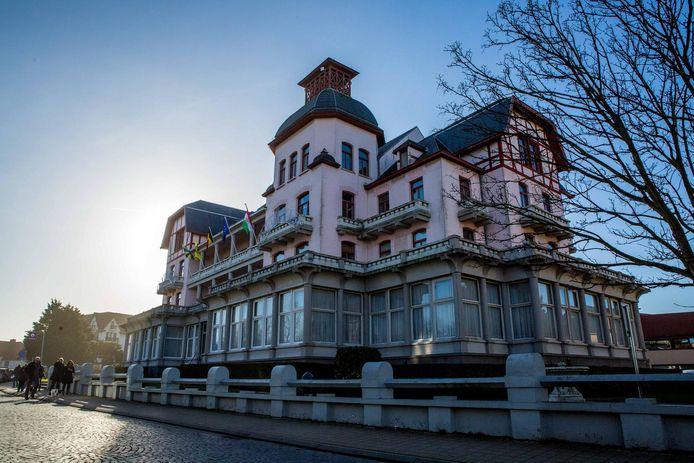 Het gemeentehuis in De Haan is ook aan de buitenkant aan restauratie toe