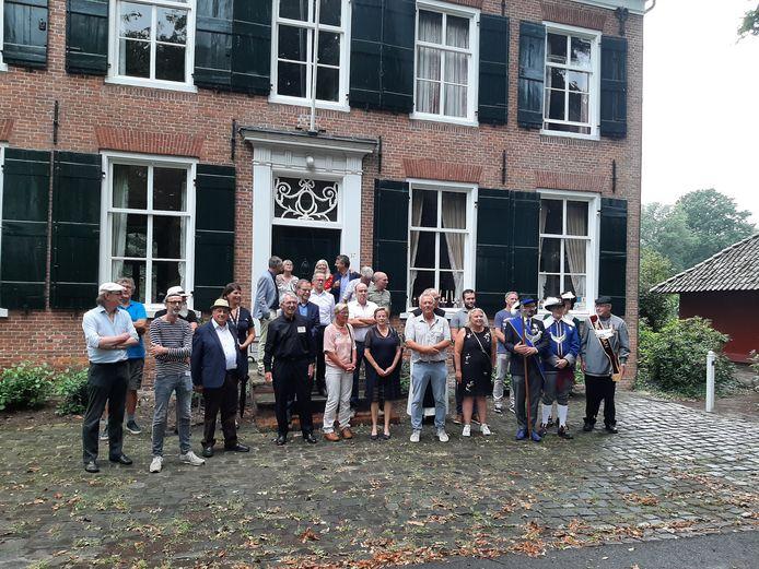 Voor landhuis De Moeren, waar prof mr Henri van der Hoeven het boek 'Bijdragen tor de Kennis der Geschiedenis van Zundert en Wernhout' ui 1920 schreef, wordt een groepsfoto gemaakt van al die mensen die meewerkten aan de heruitgave in 2020
