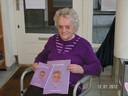 Met haar gedichtenbundel in de hand. Ze toen was 94 jaar.