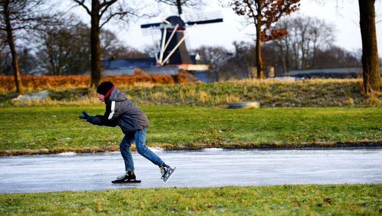 Een schaatsend jongetje in Noordlaren, het decor van de marathon vanavond. Beeld anp