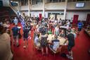 Bonhoeffer College: Eindexamenleerlingen komen naar school. Ze vieren dat ze zijn geslaagd.