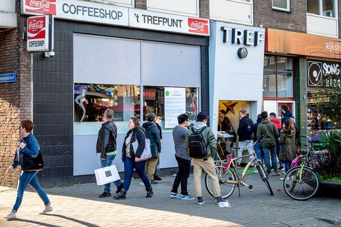 2017 -Steeds meer coffeeshops, zoals Trefpunt in Rotterdam worden gesloten