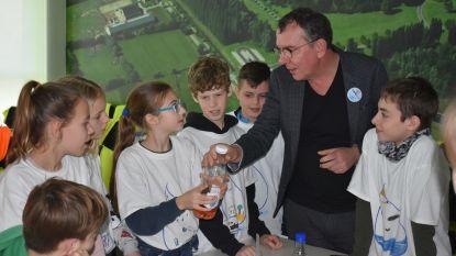 """Marcske van FC De Kampioenen leert kinderen kraantjeswater drinken: """"Lekker en 200 keer goedkoper dan flessenwater"""""""