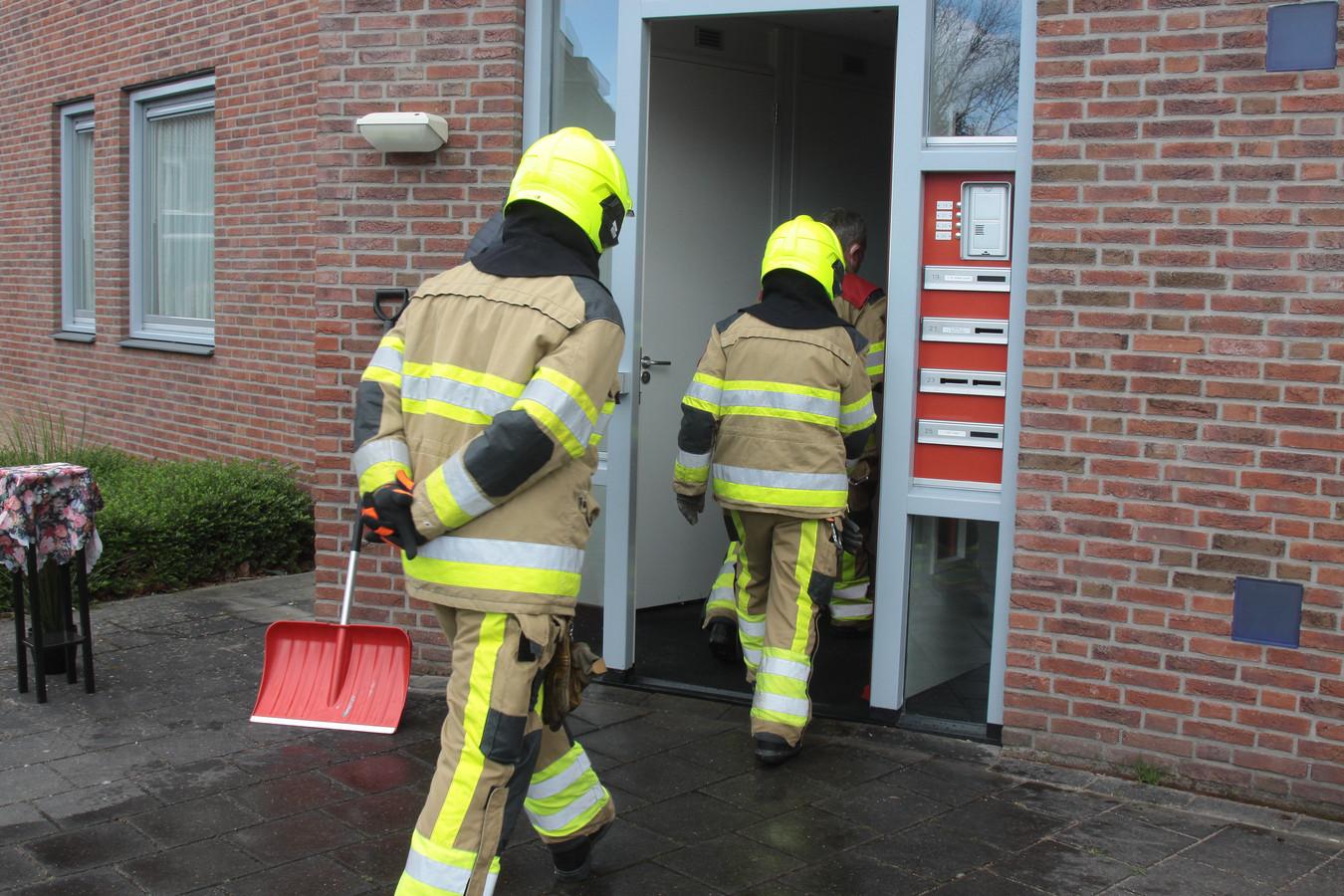 De Ubbergse brandweer gaat het appartementencomplex in Beek binnen.
