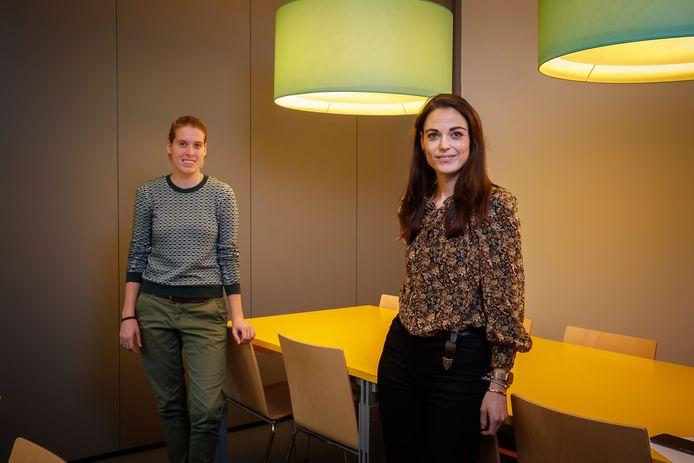 Mirthe Verstijlen (links) en Rowan Huisman zijn meedenkcoaches in Etten-Leur: waar mensen hulp nodig hebben, kijken zij wie die kan bieden.