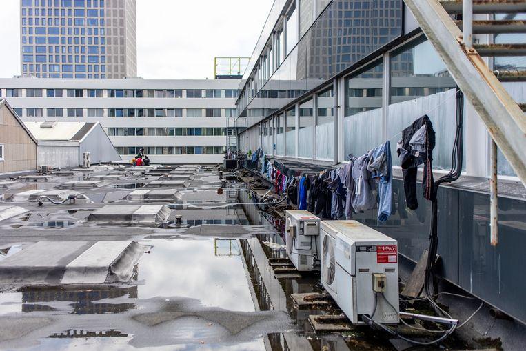 De was van de vluchtelingen hangt aan de lijn bij het pand aan de Joan Muyskenweg. Beeld Lin Woldendorp