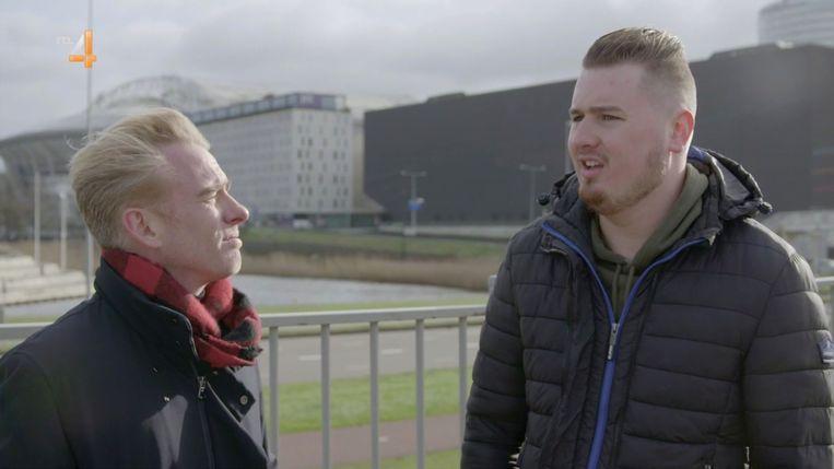 Art Rooijakkers (links) praat met hooligan Wesley in Iedereen had het er over. Beeld RTL 4