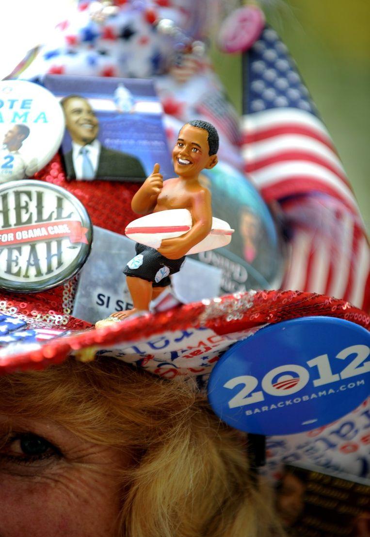 Obama-parafernalia op de hoed van een aanhangster van Obama Beeld afp