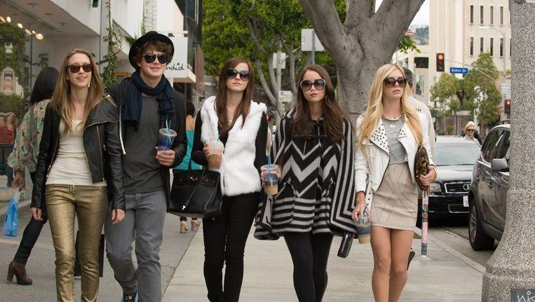 Still van Claire Julien, Emma Watson, Israel Broussard, Katie Chang en Taissa Farmiga. Beeld Bling Bling