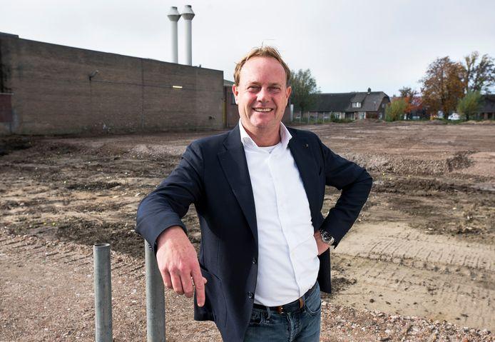 Ewald Bontje, directeur van Grozette, op de locatie waar de nieuwe fabriek en kantoren worden gebouwd. Op de achtergrond het huidige pand.