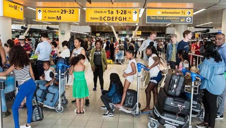 Schiphol verwacht deze zomer gemiddeld 200.000 reizigers per dag. Beeld anp