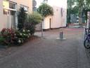 Schilderstraat met paal die de bewoners liever meer in de richting van de Zuid-Willemsvaart zien staan.