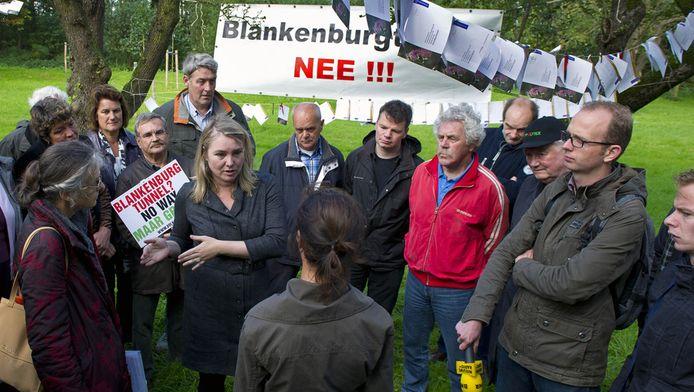 33.460 handtekeningen boden actievoerders minister Schultz van Haegen aan om de komst van de Blankenburgtunnel tegen te houden. © FOTO ANP.