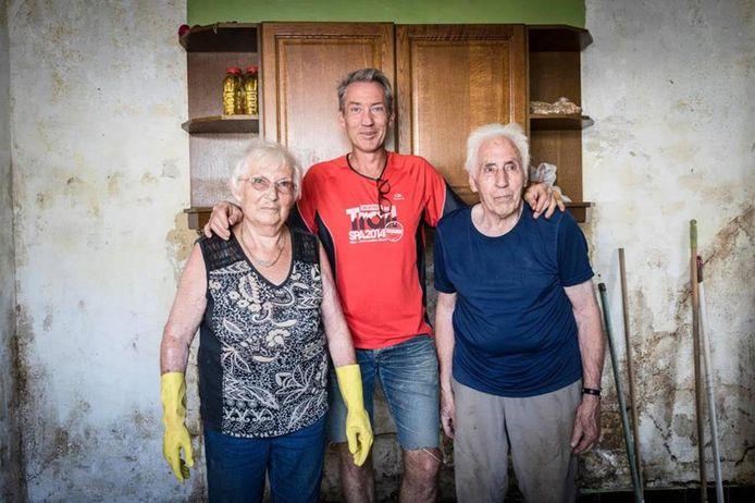 Voor Jacqueline (86) en René (89) kwam de redding van hun eigen zoon Olivier (midden), die met zijn kinderen over de daken kroop om tot bij zijn ouders te komen.