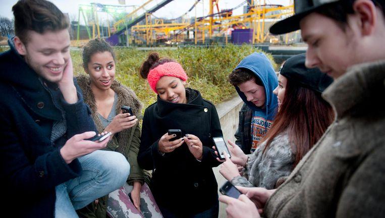Jongeren kijken per dag gemideld 2 uur en een kwartier naar een scherm, waaronder dat van hun smartphone, terwijl ze maar 10 minuten lezen. Beeld An-Sofie Kesteleyn / de Volkskrant