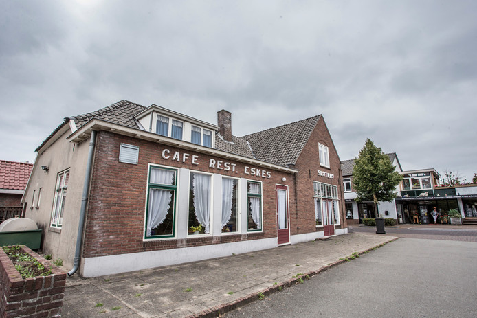 Voormalig café-restaurant Eskes aan de Dorpsstraat 42 in Vorden staat sinds 2003 leeg.