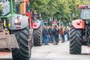 DS-2020- Zwolle Boerenprotest bij het politiebudo boeren zijn boos over stikstof uitstoot Ze mochten in het burg hun handtekening zettenGemoedelijke sfeer FotoPersBuro Frans Paalman Zwolle ©2020