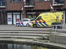Baby in wandelwagen rolt in Harderwijk de vijver in