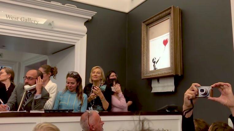 Still uit 'Shredding the Girl and Balloon. The Director's Half Cut' van Banksy (via YouTube). Beeld RV