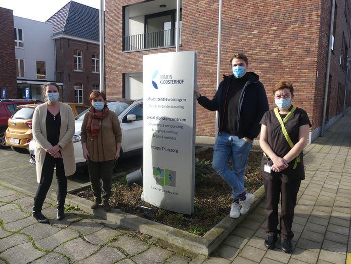 Veerle Holsbeke, vrijwilliger Carine Verheecke, stagiair Jeroen Viaene en medewerker Mieke Kint.