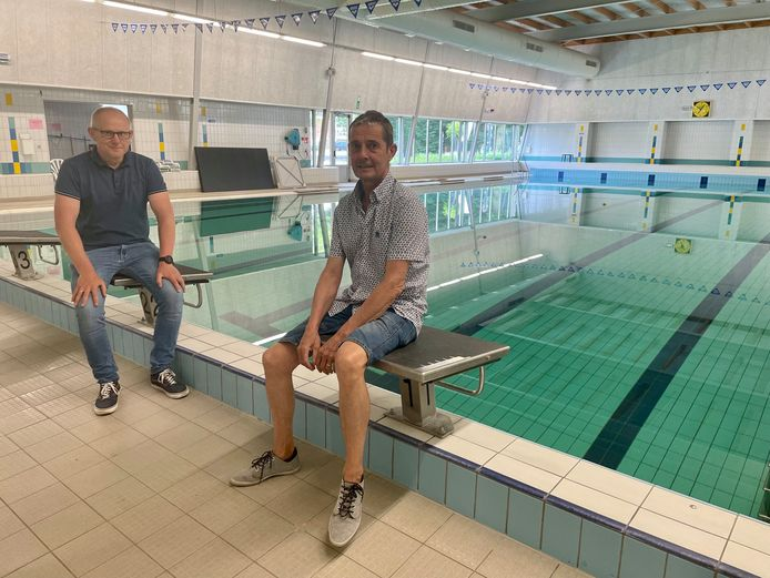 Schepenen Tom Covens en Luc Luyten bij het Nijlense zwembad.
