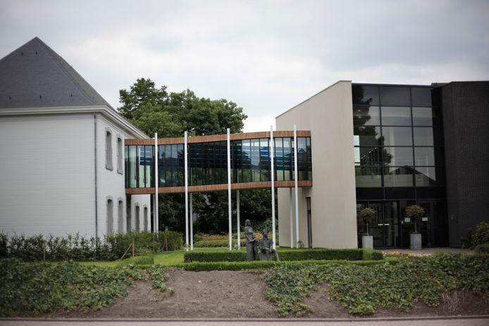 De samenwerking met de Vlaamse Ombudsman is gedurende de eerste drie jaar gratis. Daarna wordt er mogelijk wel een kostprijs aangerekend. (foto: gemeentehuis Opglabbeek)