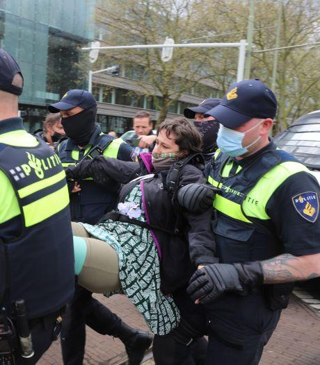 Groep demonstranten blokkeert weg bij Malieveld, tientallen aanhoudingen