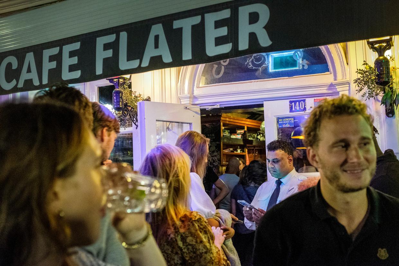 Bij het Utrechtse café Flater controleert beveiliger Farid Karim QR-codes en legitimatiebewijzen. Rechts van hem Jonathan Kleppe, die het feestje los kreeg.