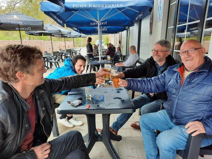 """Een tafeltje verderop horen we hetzelfde. """"Wij zijn hier vooral om de horeca te steunen"""", zeggen Bart Vervaecke (46), Lorenzo Delbeke (29), Marc Ruysschaert (57) en Ludwig Vanheghe (72)."""