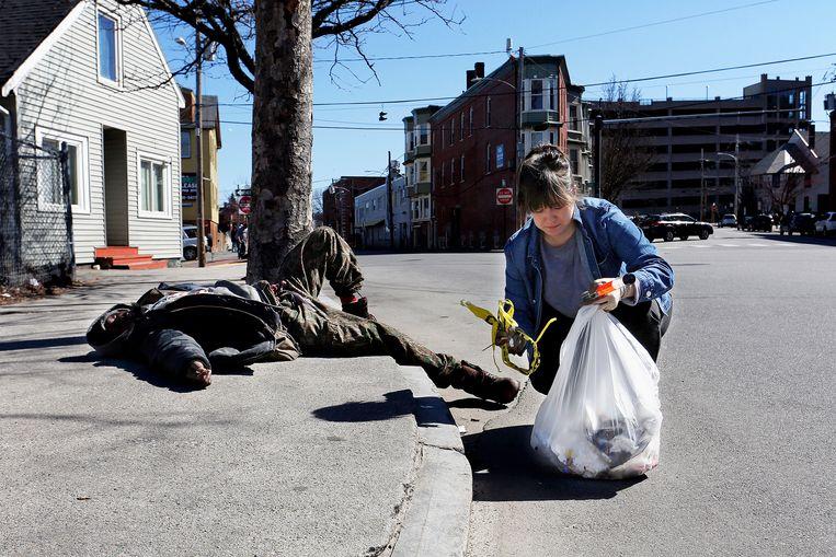 Een man slaapt zijn roes uit op straat in Portland. Beeld Portland Press Herald via Getty