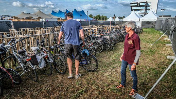 De fietsers worden  begeleid naar hun parkingplaats.