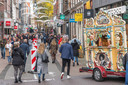 Rood-witte bakens moeten het winkelend publiek scheiden in de Diezerstraat.